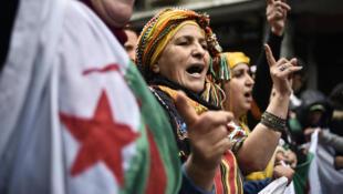 متظاهرة جزائرية تشارك في الحراك