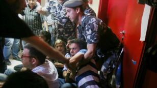 Des manifestants évacués du ministère libanais de l'Environnement à Beyrouth, le 1er septembre 2015.