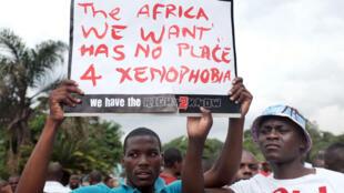 Des résidents étrangers participent le 8 avril à Durban à une marche contre la xénophobie.