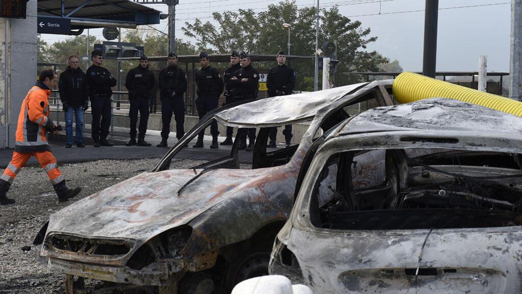 Des carcasses de voitures brûlées à la gare de Moirans, près de Grenoble, le 21 octobre.