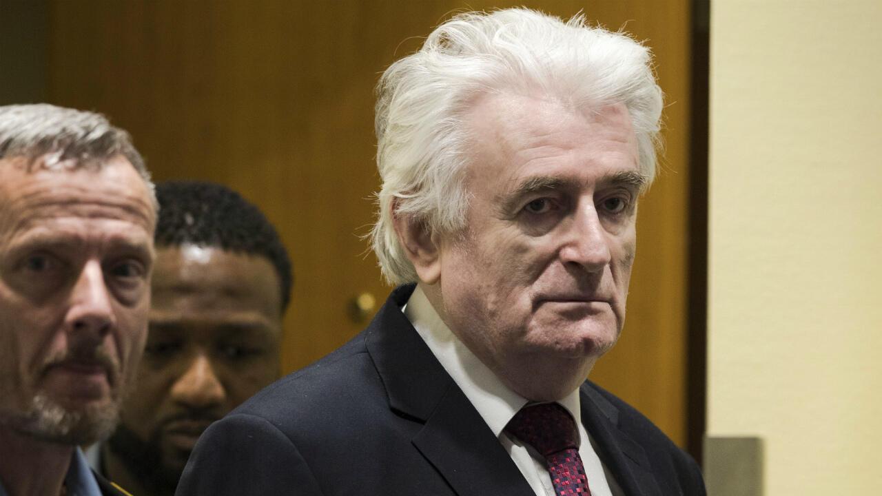 Le Royaume-Uni a accepté, mercredi 12 mai, le transfert sur son sol de l'ex-dirigeant des Serbes de Bosnie Radovan Karadzic, condamné à la prison à vie pour génocide, crimes de guerre et crimes contre l'humanité.