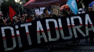 Manifestantes participan en una protesta contra la conmemoración del aniversario del golpe de 1964 en Río de Janeiro, el 31 de marzo de 2019.