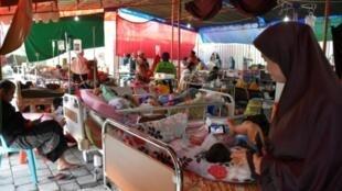 Heridos y sus familias en un hospital improvisado en Mataram el 20 de agosto de 2018, en la isla de Lombok en Indonesia, sacudida por múltiples sismos