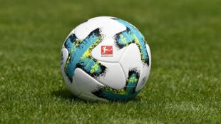 """صورة لشعار رابطة الدوري الألماني لكرة القدم """"البوندسليغا"""" على كرة بأرضية الملعب خلال تقديم فريق فرايبورغ في الاول من آب/أغسطس 2017."""