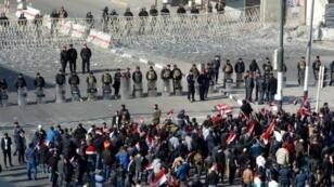 قوات الأمن العراقية تراقب التظاهرة في ساحة التحرير في 11 شباط/فبراير 2017