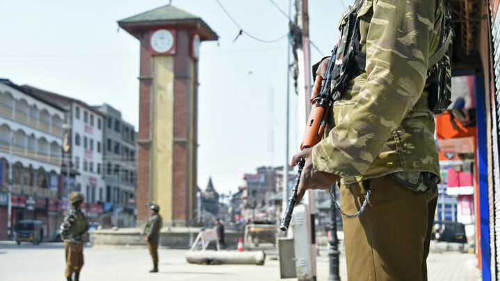 Pakistan pledge to return pilot to India amid gunfire along