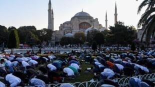 مصلون يؤدون صلاة عيد الأضحى من أمام آيا صوفيا في اسطنبول في 31 تموز/يوليو 2020
