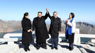 El presidente surcoreano Moon Jae-in y el líder norcoreano Kim Jong-un posan ante las cámaras en la cima del monte Paektu, en Corea del Norte, el 20 de septiembre de 2018.