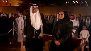 الشيخة المياسة مع شقيقها الأمير تميم بن حمد في حفل تدشين المتحف الوطني في الدوحة
