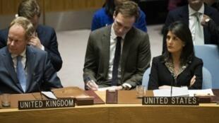 سفيرة الولايات المتحدة في الأمم المتحدة نيكي هايلي إلى اليمين، 18 كانون الأول/ديسمبر 2017.