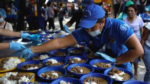 Una voluntaria sirve comida proporcinada por la USAID y el Programa Mundial de Alimentos. Cúcuta, Colombia, 7 de febrero de 2019.