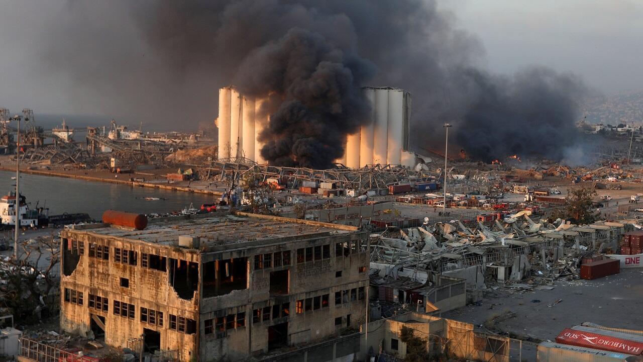 Una nube de humo se extiende desde el sitio de una explosión en el puerto de Beirut, Líbano, el 4 de agosto de 2020.