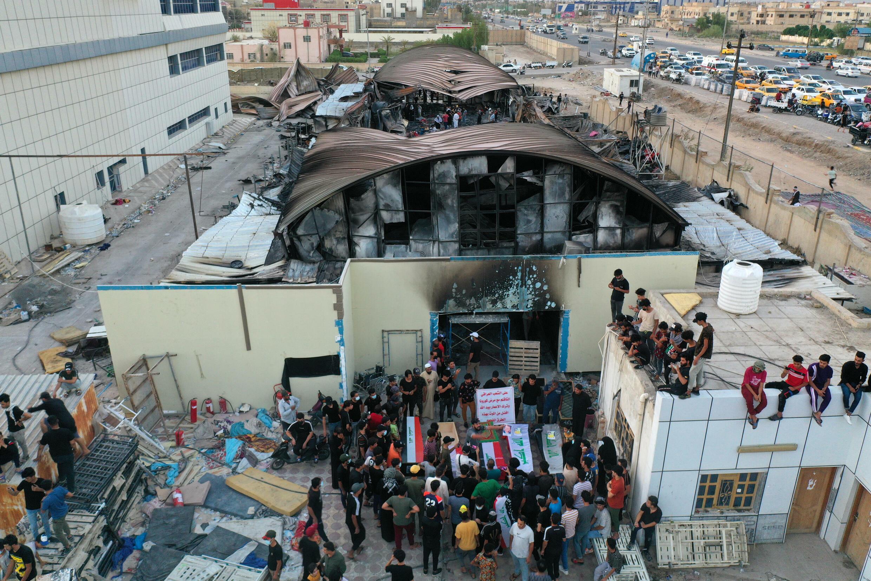 وقفة احتجاجية امام مستشفى الحسين في الناصرية بجنوب العراق والذي شهد حريقا أسفر عن مقتل 64 شخصا في 15 تموز/يوليو 2021