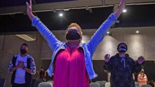 Creyentes envagélicos asisten a una ceremonia de la iglesia Edicando em Cristo, el 8 de julio de 2020 en Sao Paulo