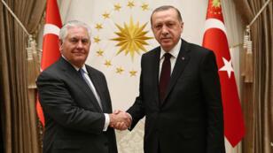 Rex Tillerson et Recep Tayyip Erdogan posent pour les photographes à Ankara, jeudi 15 février 2018.
