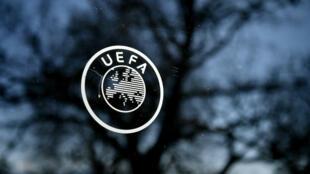 El logotipo de la UEFA en la sede de la organización en Nyon, el 28 de febrero de 2020