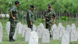 """Tres excombatientes hondureños en el """"Cementerio de héroes"""", en Ticante, Honduras, el 16 de mayo de 2019, dos meses antes de la conmemoración de los 50 años de la 'Guerra de las 100 horas'."""