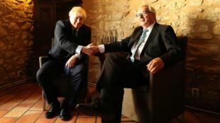 El primer ministro británico da la mano al presidente de la Comisión Europea, Jean-Claude Juncker, en un restaurante en Luxemburgo el 16 de septiembre de 2019.