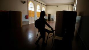 Una empleada de un colegio electoral prepara una de las mesas electorales este sábado 26 de octubre de 2019, en Buenos Aires, Argentina.