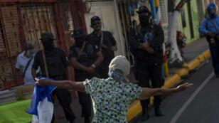 Una manifestante confronta a las autoridades, durante una protesta de la oposición en Masaya, Nicaragua, el 19 de agosto de 2018.