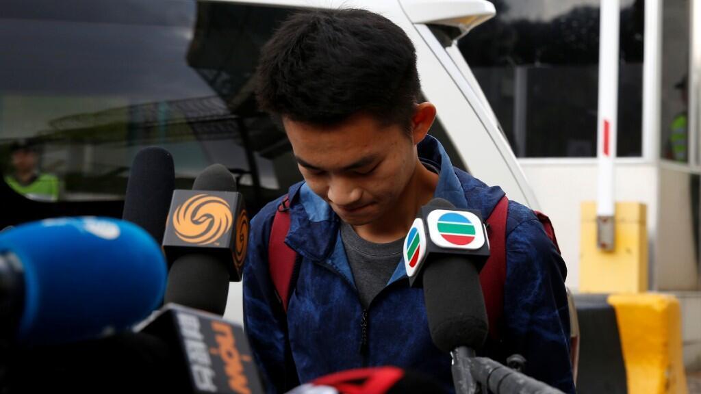 Chan Tong-kai, ciudadano de Hong Kong acusado de asesinar a su novia en Taiwán el año pasado, se inclina frente a los medios cuando sale de la prisión de Pik Uk, en Hong Kong, China, el 23 de octubre de 2019.