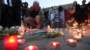 Ciudadanos participan en una vigilia a la luz de las velas en memoria de la periodista de televisión Viktoria Marinova en Sofía, Bulgaria, el 8 de octubre de 2018.
