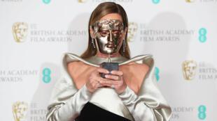 """Allison Janney sostiene su premio a la Actriz de reparto por """"Yo, Tonya"""" en los Premios de la Academia Británica de Cine y Televisión (BAFTA) en el Royal Albert Hall de Londres, Gran Bretaña, el 18 de febrero de 2018."""