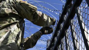 En esta imagen de archivo, un soldado estadounidense instala concertinas en las vallas que separan México de Estados Unidos