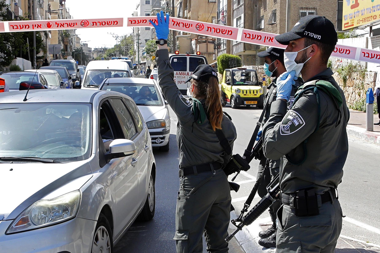 Contrôle de police à un checkpoint à l'entrée de la ville très orthodoxe de Bnei-Brak, en Israël, le 4 mars 2020.