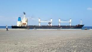 صورة وزعها برنامج الأغذية العالمي لسفينة محملة 25 طنا من القمح راسية في ميناء الصليف في غرب اليمن في 27 تشرين الثاني/نوفمبر 2017