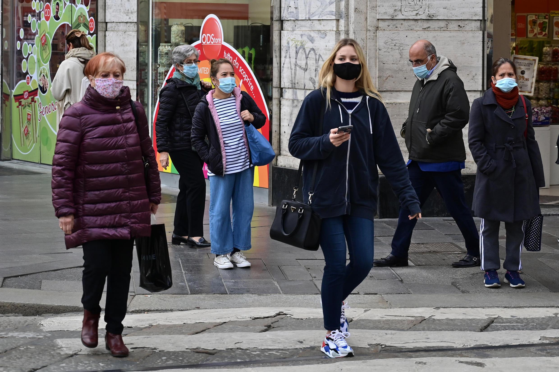 Varios ciudadanos con mascarilla el 20 de octubre de 2020 en Milán, Italia.