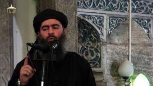 Capture d'écran d'une vidéo de propagande d'Al-Furqan Media diffusée le 5 juillet 2014, sur laquelle on assiste au sermon de Baghdadi dans une mosquée de Mossoul.