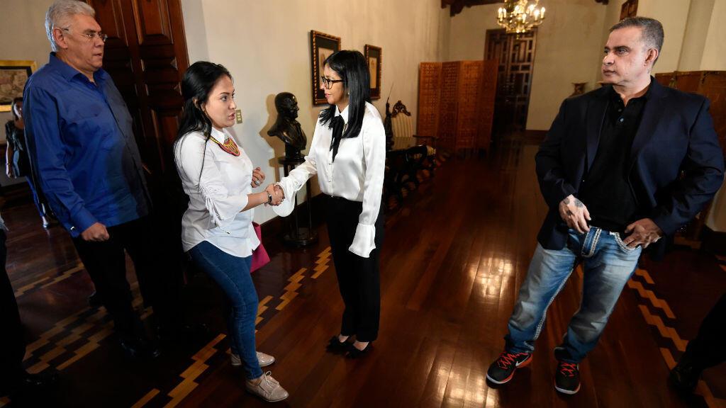 Avant de recouvrer la liberté, les détenus comparaissent lors d'une cérémonie devant la présidente de l'Assemblée constituante, Delcy Rodriguez (à droite sur la photo).