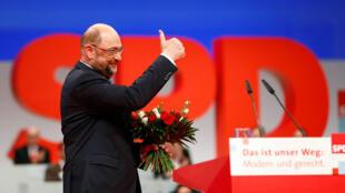 Martin Schulz, líder del SPD, saluda después de haber sido reelegido como cabeza de la formación. 7 de diciembre 2017