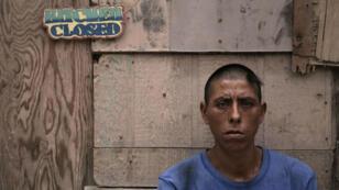 Adán, de 39 años, frente a un 'picadero de drogas' en Ciudad Juárez, México, el 18 de agosto de 2018.