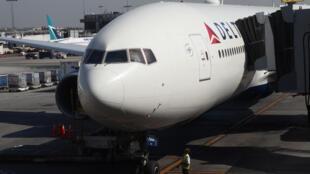 Un Boeing de la compagnie américaine Delta Air Lines a largué son carburant au-dessus de la banlieue de Los Angeles, le 14 janvier 2020.