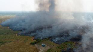 Imágene aérea de parte de la jungla amazónica ardiendo cerca de la localidad de Porto Velho, en el estado de Randonia, Brasil, el 27 de agosto de 2019.