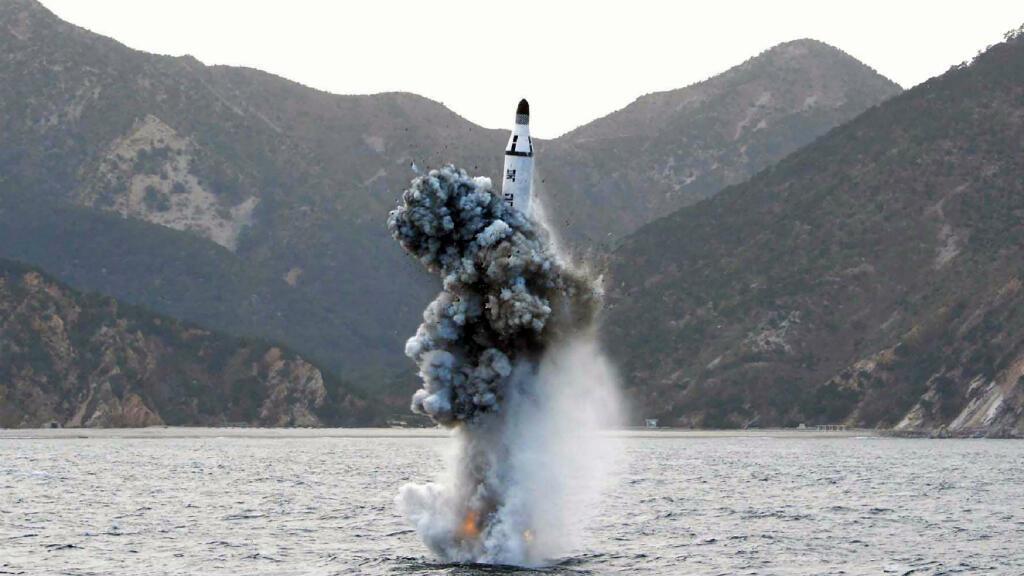 Cette photo publiée par l'agence de presse officielle de la Corée du Nord montre un missile nord-coréen tiré depuis un sous-marin le 23 avril 2016.