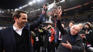 L'entraîneur du Stade Rennais, Julien Stéphan, et le propriétaire du club, le milliardaire Francois Pinault, brandissant la Coupe de France.