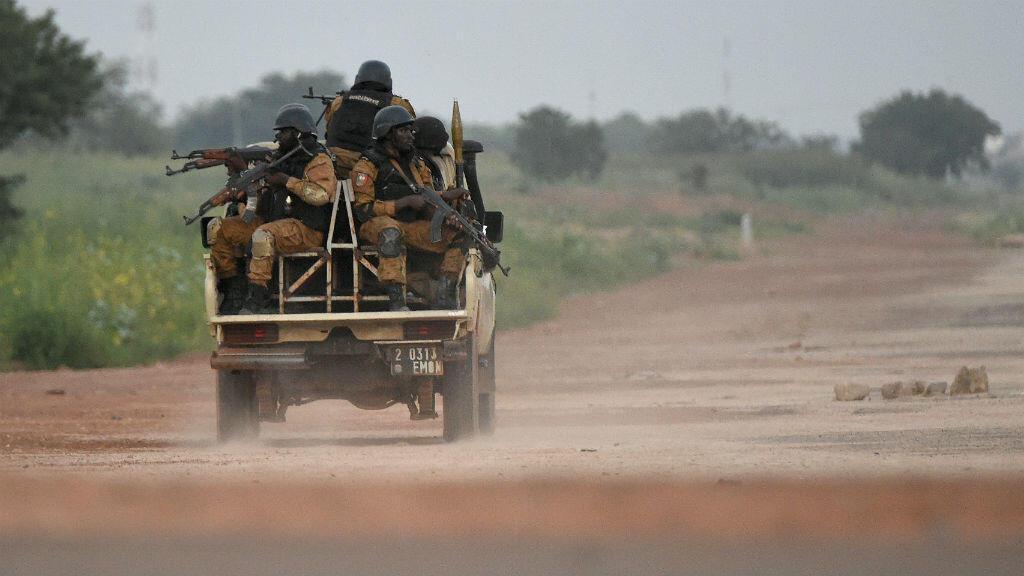 Des gendarmes burkinabè patrouillant en direction de la caserne de l'ex-RSP à Ouagadougou, le 29 septembre 2015.