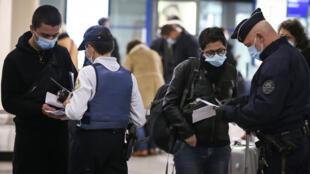 La police française contrôle des tests PCR demandés aux passagers, àl'aéroport Napoléon-Bonaparte le 19 décembre 2020, à Ajaccio, en Corse.