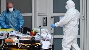 Dos médicos en el Hospital de Liverpool, Reino Unido, el 18 de abril de 2020.
