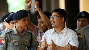 Los periodistas detenidos de Reuters, Wa Lone y Kyaw Soe Oo, llegan a una corte en Rangún, el 27 de agosto de 2018.