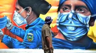 Un mural muestra a un enfermero y una policía en Tegucigalpa, en Honduras, el 14 de septiembre de 2020.