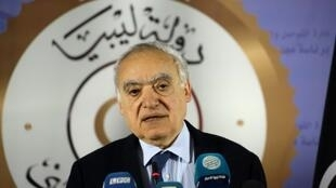 مبعوث الأمم المتحدة الخاص إلى ليبيا غسان سلامة في صورة تعود إلى 9 نيسان/أبريل 2019 في طرابلس.