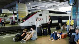 Le week-end de chassé-croisé s'annonce compliqué à la gare Paris-Montparnasse.