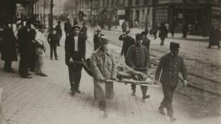 L'évacuation des victimes de l'explosion du 168 rue de Tolbiac à Paris, le 20 octobre 1915.