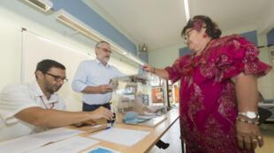ناخبة تدلي بصوتها في الدورة الثانية من الانتخابات التشريعية الفرنسية