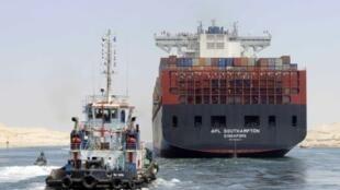 """سفينة تعبر """"قناة السويس الجديدة"""" 25 يوليو/تموز 2015"""