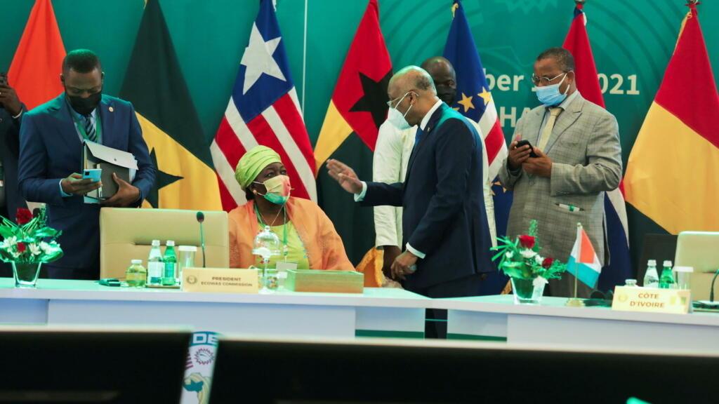"""""""إيكواس"""" تفرض عقوبات فردية بحق منفذي الانقلاب على الرئيس الغيني ألفا كوندي"""
